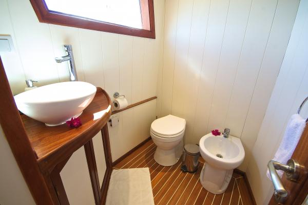 Cabin 7 Master Suite Bathroom 2iapva2